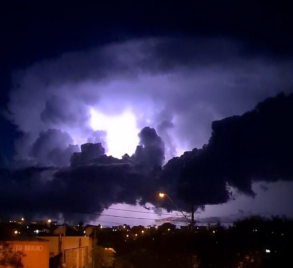 Nuvem com vários raios chamou a atenção de morares de Pitanga — Foto:  Liara Albertoni/Você na RPC