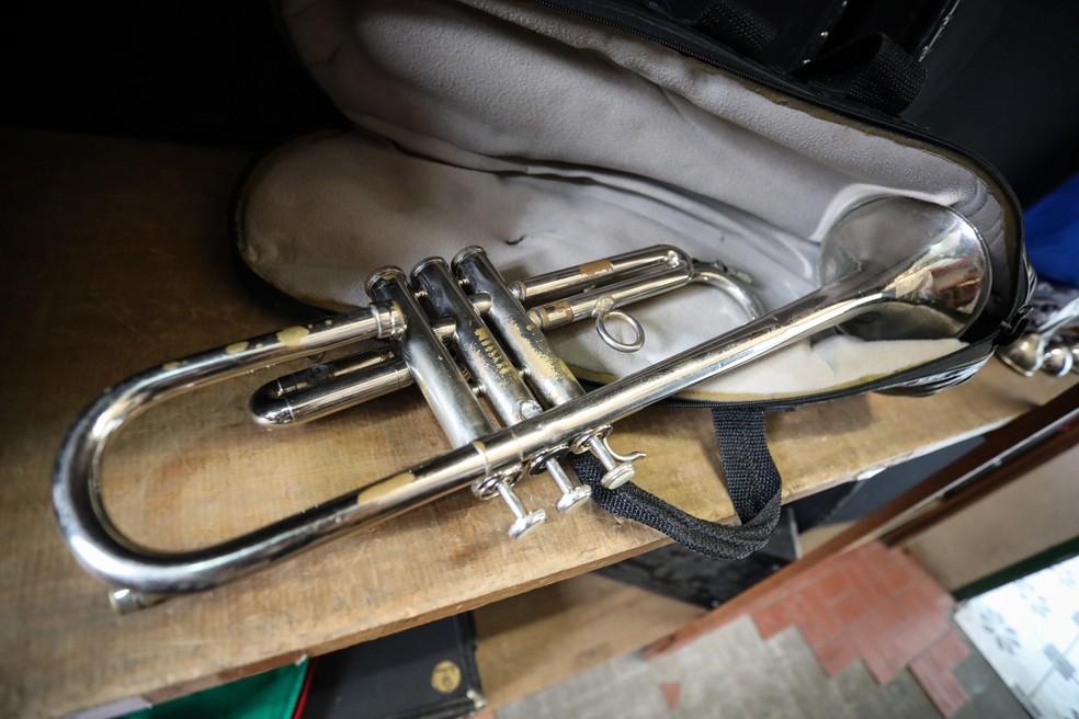 A banda Nelson Pimentel já foi famosa na região, mas estava há cinco anos desativada. Instrumentos musicais e uniformes estavam acumulados sob o pó em prateleiras da escola. — Foto: Fábio Tito/G1