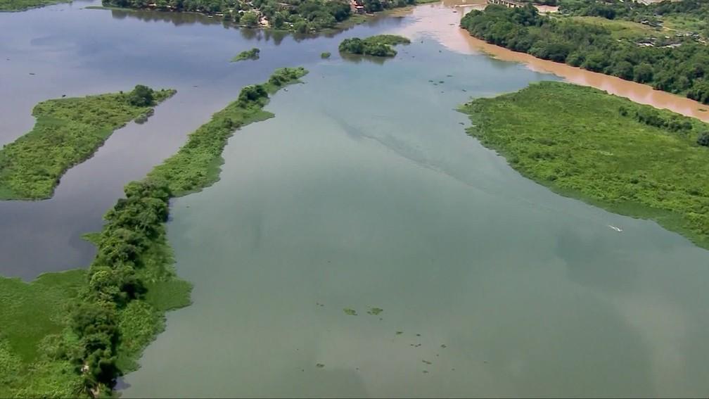 Água represada do Rio Guandu antes do tratamento — Foto: Reprodução/ TV Globo