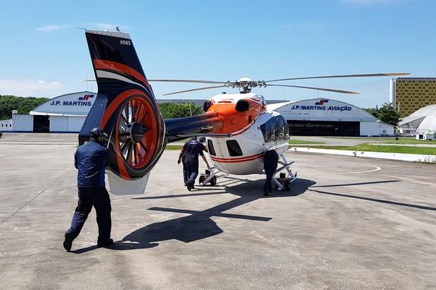 Manobrar o helicóptero exige um pouco de muque (Foto: Julio Cabral/Autoesporte)