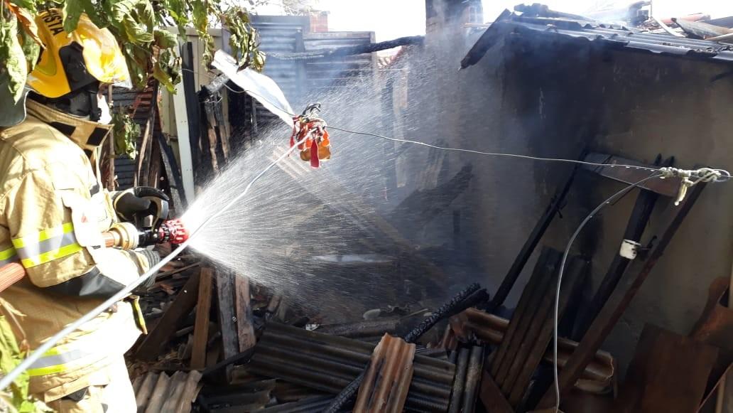Chamas de fogão a lenha se espalham e provocam incêndio em residência de Salinas
