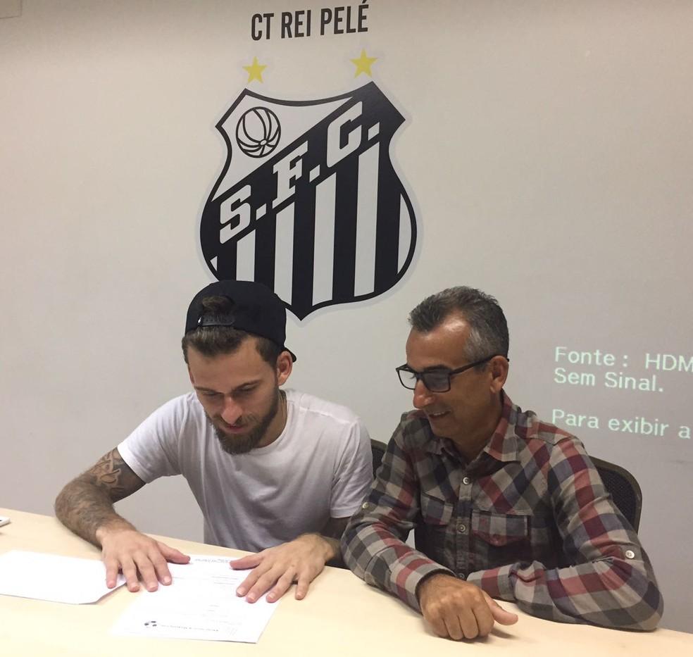Lucas Lima analisa a proposta do Santos ao lado do pai no CT Rei Pelé, em junho deste ano (Foto: Divulgação)