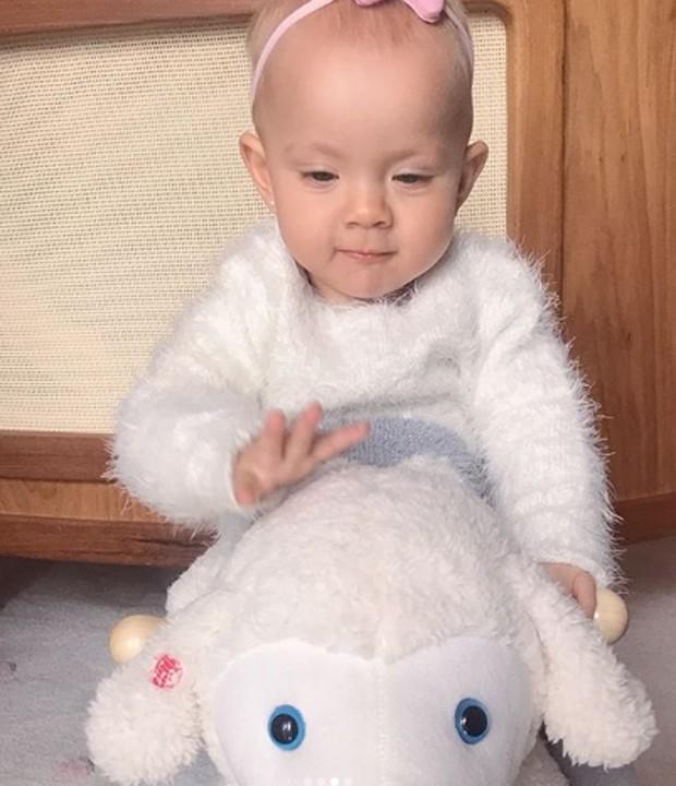 Manuela se diverte em ovelhinha de balanço (Foto: Reprodução/Instagram)