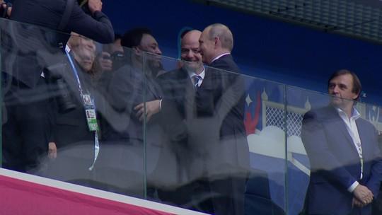 Convidado de honra, Pelé ganha longo cumprimento de Putin na Arena Zenit