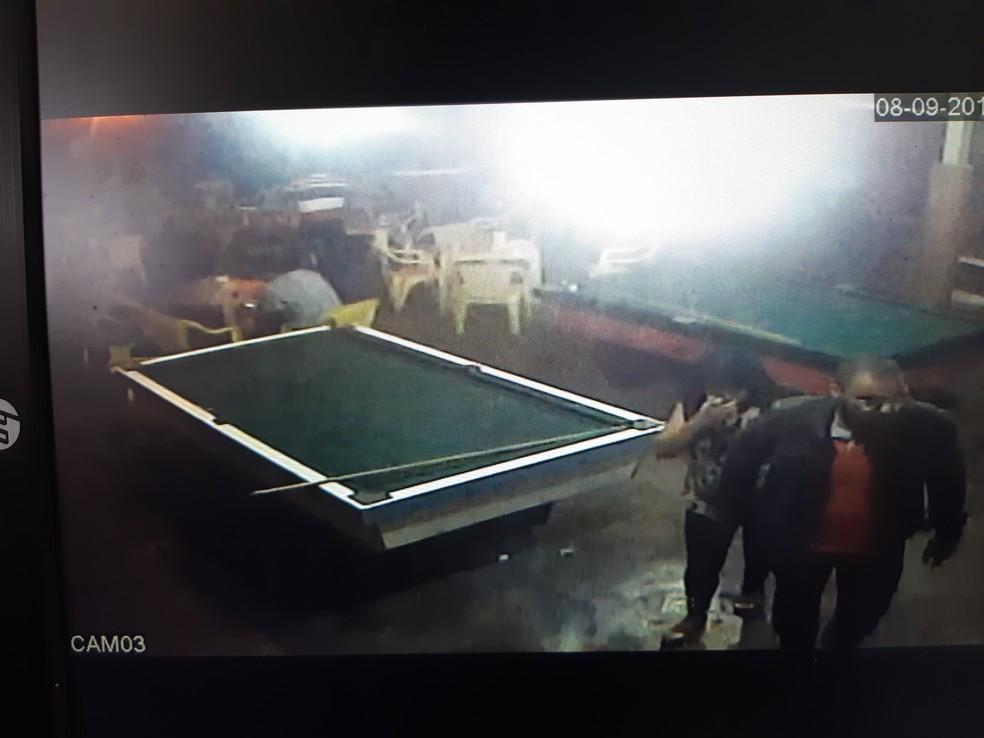 Suspeito foi identificado por meio de testemunhas e câmera de segurança de um bar — Foto: Reprodução/Polícia Civil