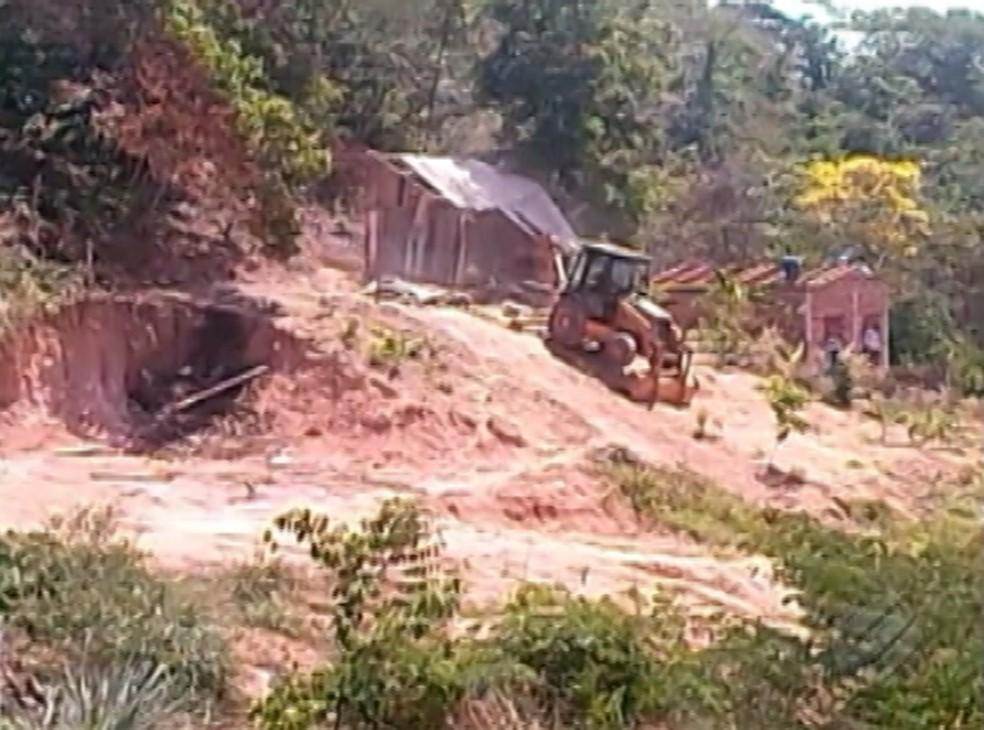 A retirar das casas irregulares na área de preservação permanente de Parauapebas já iniciou. (Foto: Reprodução/TV Liberal)