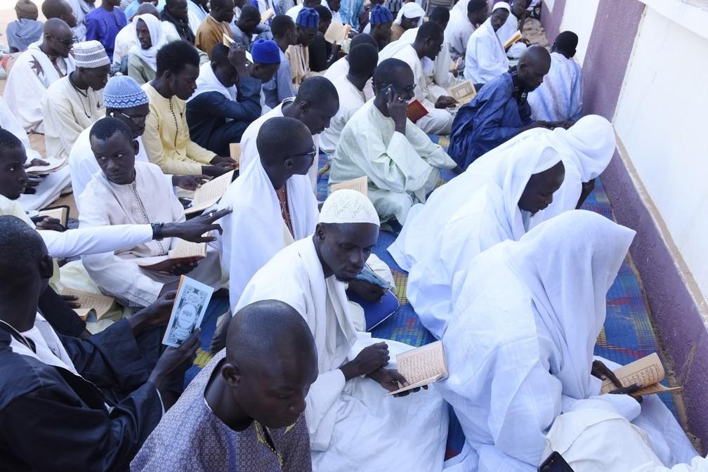 Muçulmanos rezam em Louga, no Senegal, nesta quarta-feira (4) — Foto: Seyllou/AFP