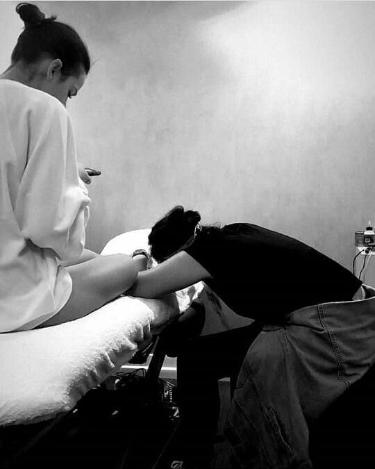 Bruna Marquezine faz tatuagem em Paris (Foto: reprodução/Instagram)
