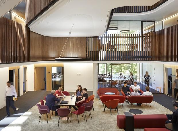 Para criar uma comunhão entre os estudantes e professores, mesas e salas abertas foram espalhadas pela construção (Foto: Jim Stephenson/ Reprodução)