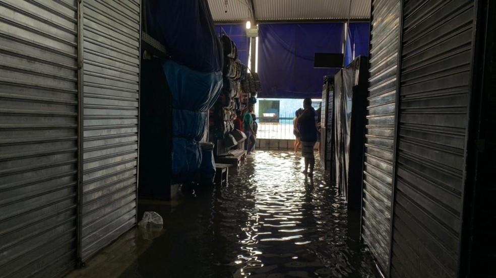 Shopping popular alagado em Campos — Foto: João Vitor Brum/Inter TV