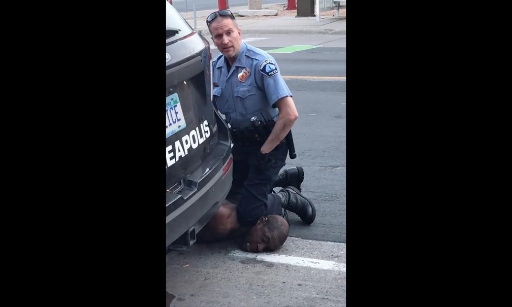 Policial foi filmado com o joelho sobre o pescoço de George Floyd — Foto: AFP/Facebook / Darnella Frazier