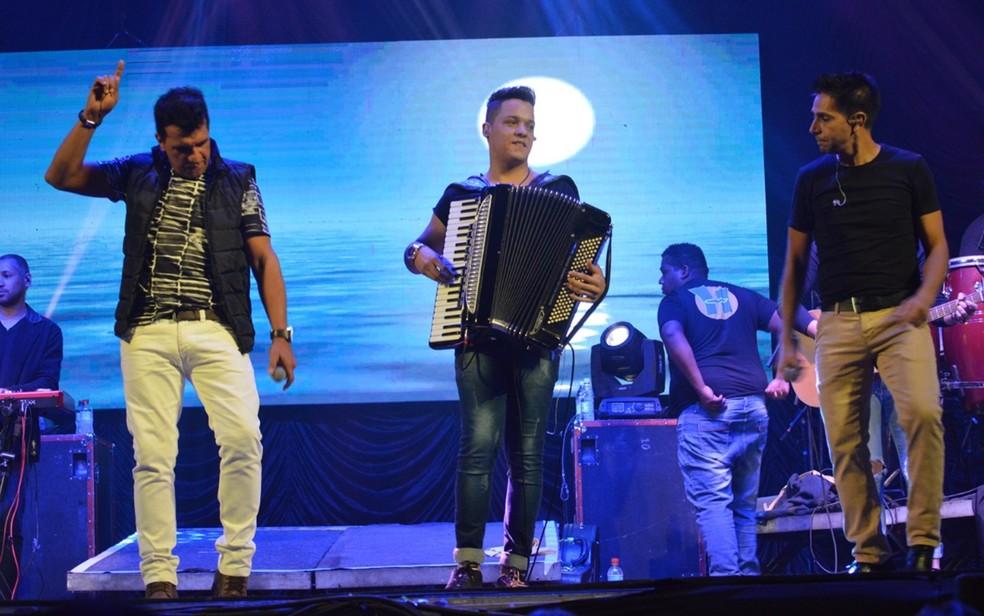 Felipe Melo durante show com a dupla Racyne e Rafael, com quem trabalhava (Foto: Divulgação)