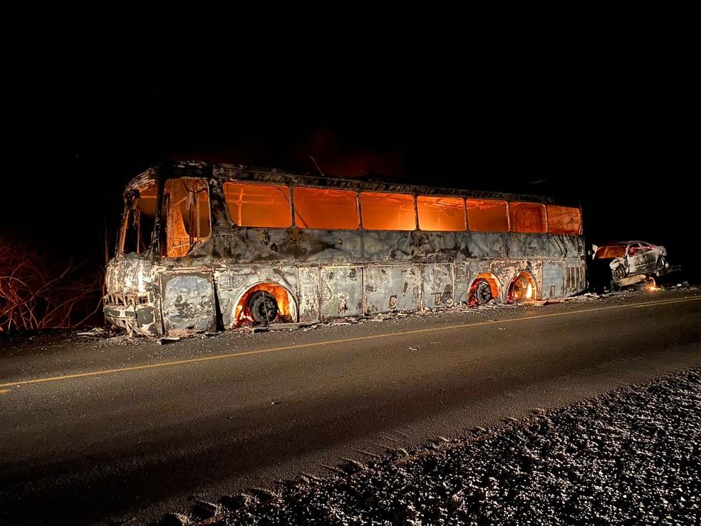 Incêndio destrói ônibus e carro na BR-316, no Norte do Piauí— Foto: Divulgação/PRF