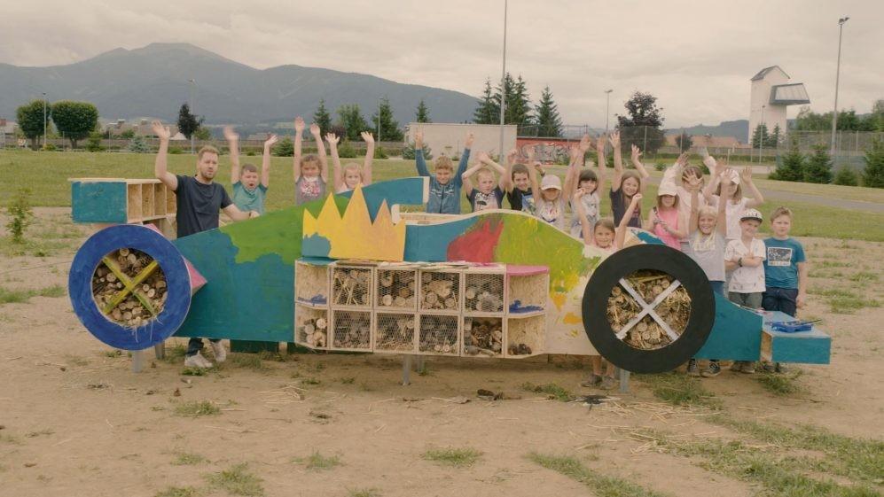 Sebastian Vettel construiu com ajuda de crianças um hotel de abelhas em formato de carro de F1 (Foto: Divulgação)