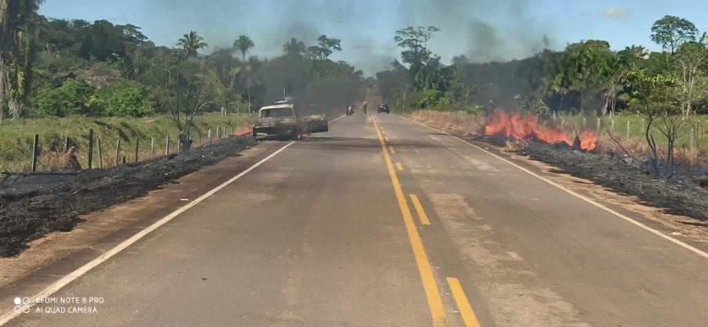 Carro pega fogo e chamas atingem margens da RO-140