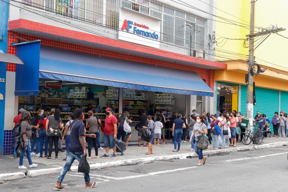 Movimentação na região do Brás, no centro de São Paulo (SP), nesta quarta-feira (10), no primeiro dia de reabertura do comércio de rua. — Foto: Mineto/Futura Press/Estadão Conteúdo