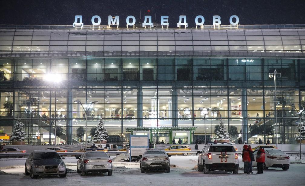 Equipes de emergência no Aeroporto Internacional Domodedovo, em Moscou (Foto: Maxim ZMEYEV / AFP)