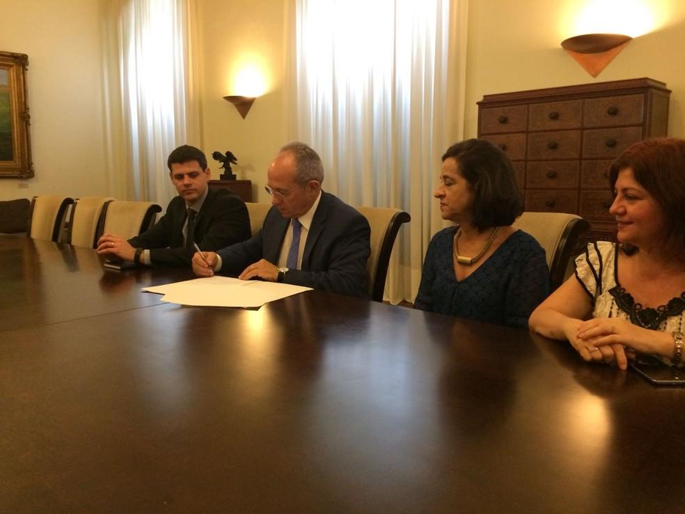 Abono foi anunciado por Hartung em entrevista coletiva (Foto: Caique Verli/CBN Vitória)