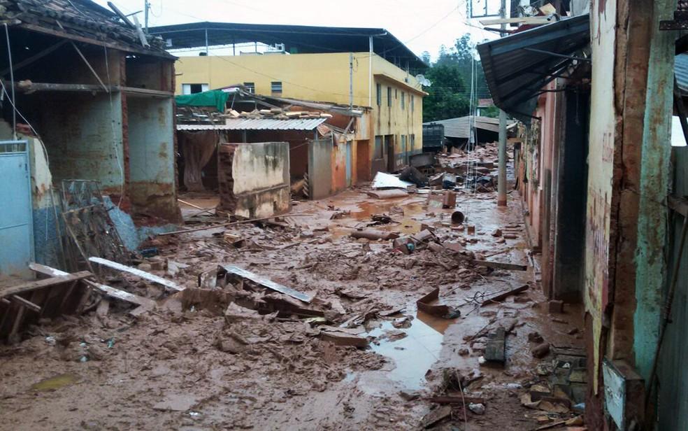 Muitas ruas de Rio Casca ainda estão cobertas de lama e entulho cinco dias após temporal (Foto: Saulo Luiz/TV Globo)