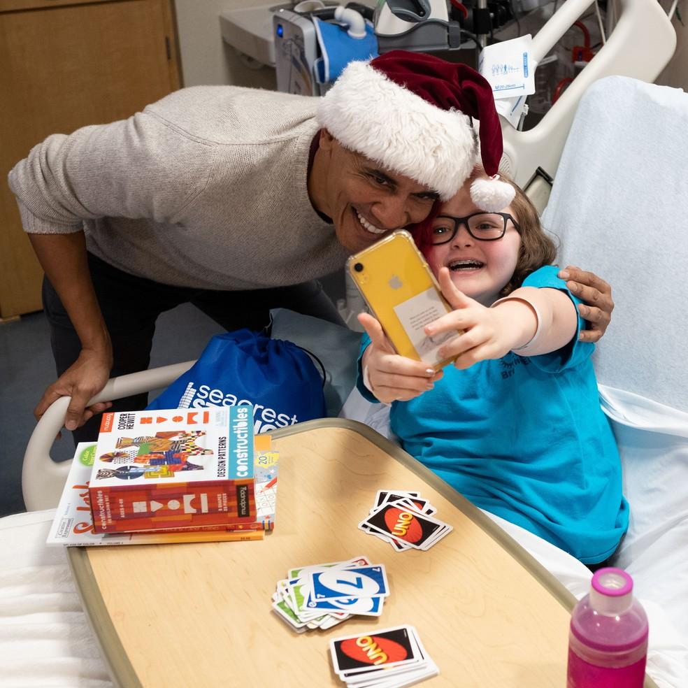 O ex-presidente Barack Obama visita pacientes do Hospital Infantil Nacional, em Washington, e distribui presentes de Natal — Foto: Chuck Kennedy/ AFP