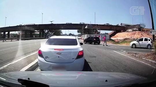 Motorista de aplicativo tem carro levado por criminosos armados enquanto dirigia na BR-116, em Fortaleza; veja vídeo