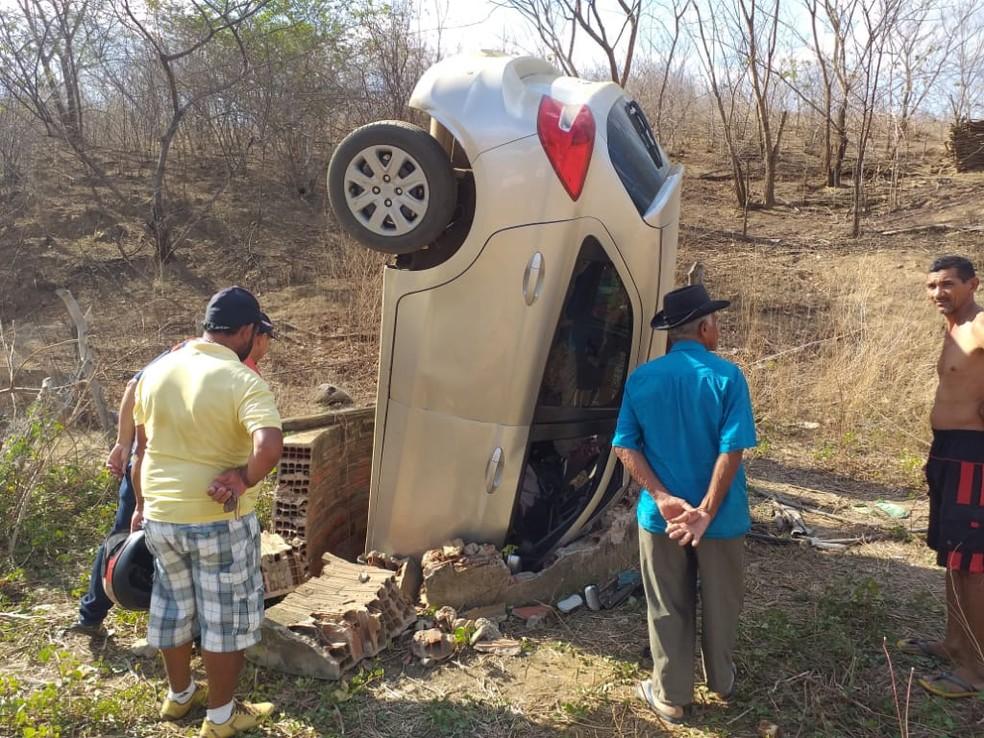 Veículo capotou e caiu dentro de poço no município de Caririaçu, no interior do Ceará — Foto: Valéria Alves/SVM