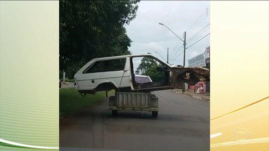 Carcaça de carro é transportada em carretinha, em Goiânia; veja vídeo