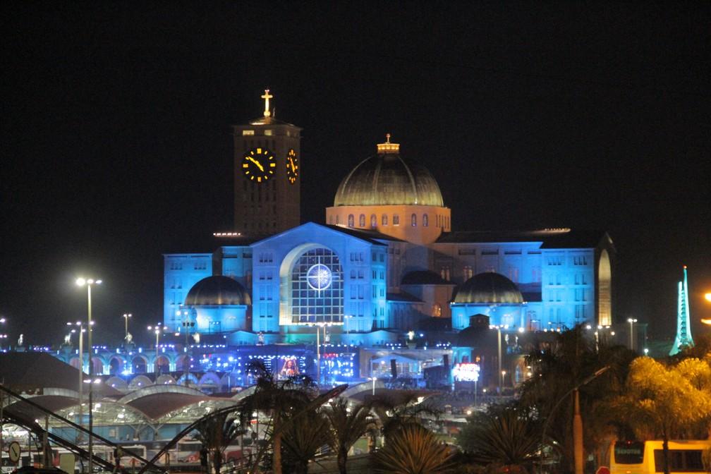 Basílica iluminada pelas luzes do Santuário na madrugada deste dia 12 (Foto: Carlos Santos/G1)