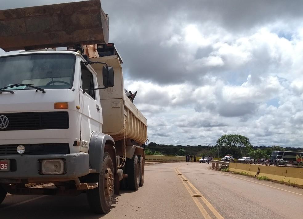 Moto bateu contra um dos pneus traseiros de um caminhão caçamba (Foto: Toni Francis/G1)