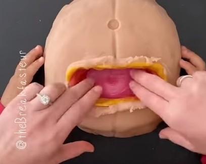 Mãe médica usa massinha para explicar como são feitas as cesáreas e vídeo viraliza; ASSISTA