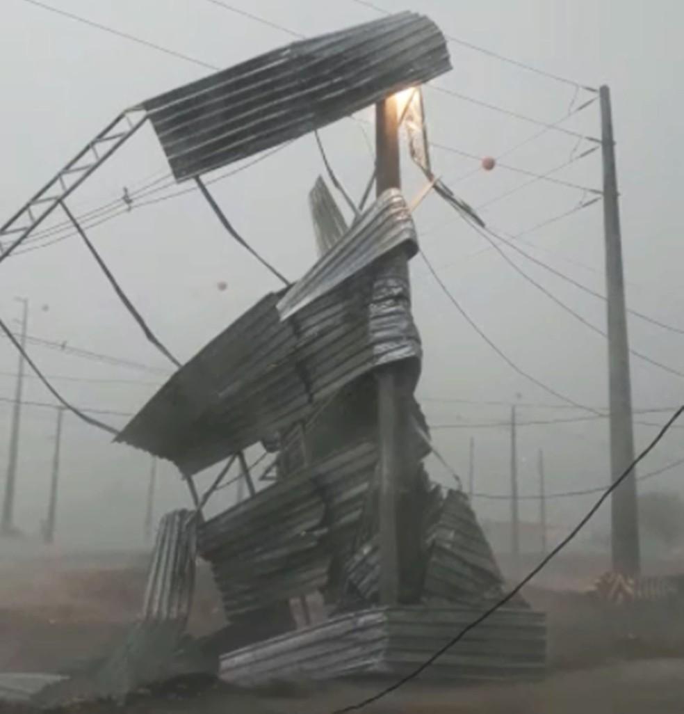 Ventos fortes arrancaram o telhado de uma marmoaria. Parte da estrutura bateu em fios de rede elétrica e deixou moradores do bairro Sílvio Bezerra de Melo sem energia.  — Foto: Fernando Lacerda