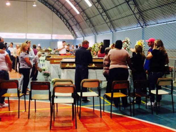 Velório coletivo foi realizado no Ginásio de Esportes Benedito Albino (Foto: Fábio Gomes/RPC)