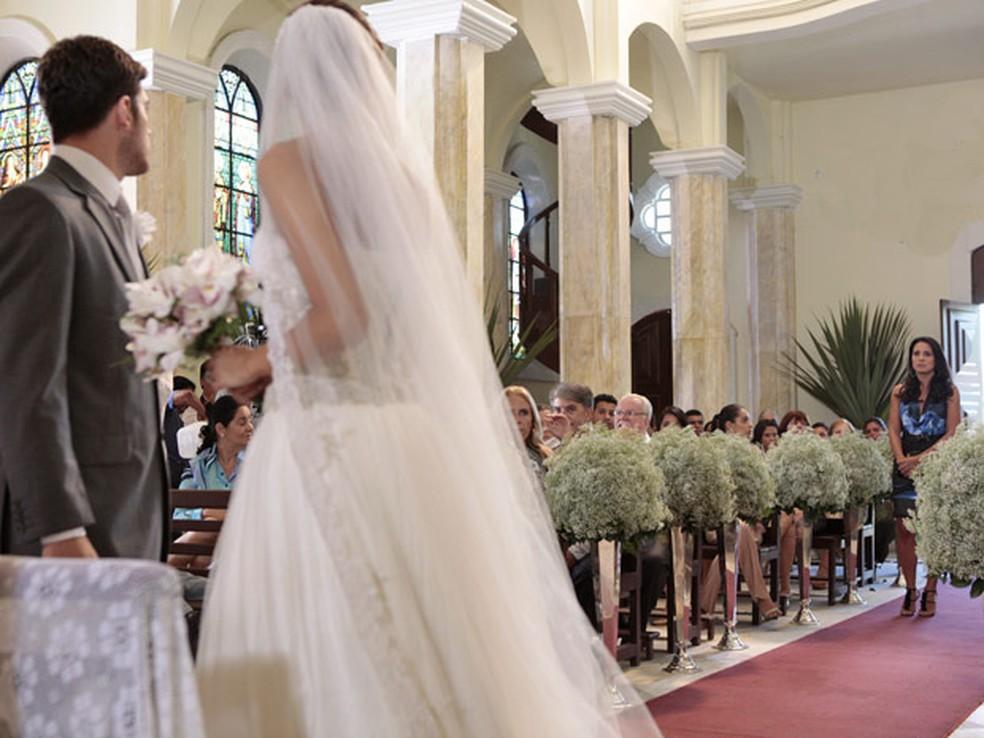 Zuleika invade casamento de Amália e diz que Rafael não ama a noiva em 'Fina Estampa' — Foto: Globo