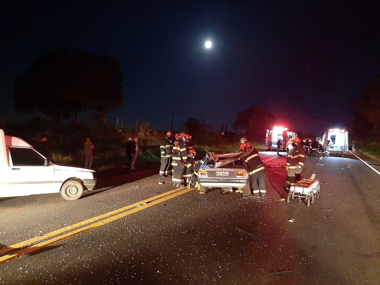 Um homem morre e três pessoas ficam feridas em acidente com quatro veículos na SP-215