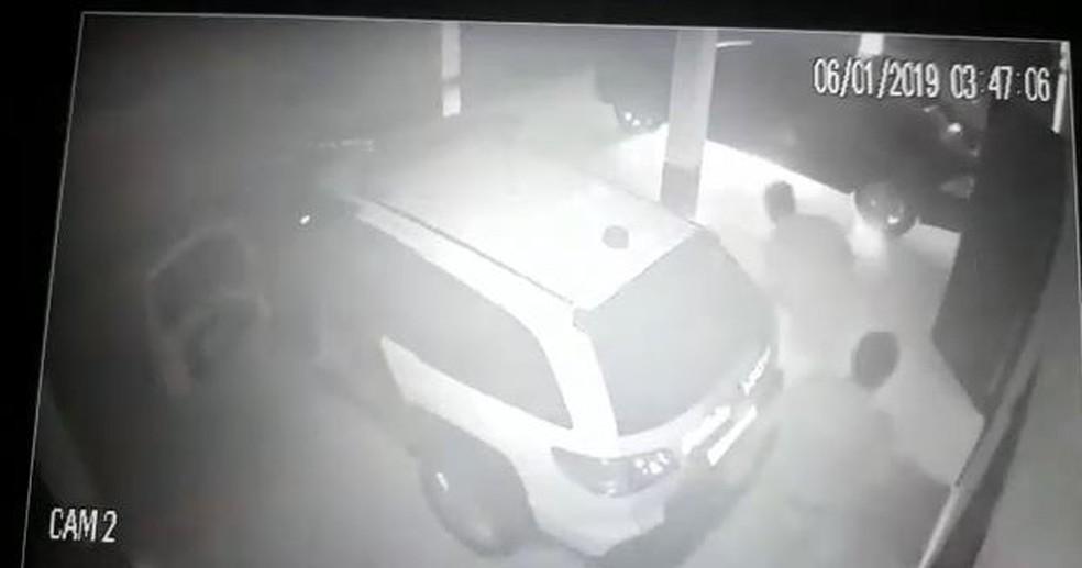 Policiais conseguiram conter fogo no carro em Bom Sucesso de Itararé — Foto: Reprodução/Câmera de segurança