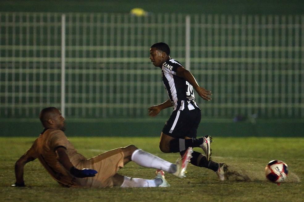 Além de marcar o dele, Ênio perdeu outro e participou do gol de Marco Antônio — Foto: Vitor Silva/Botafogo