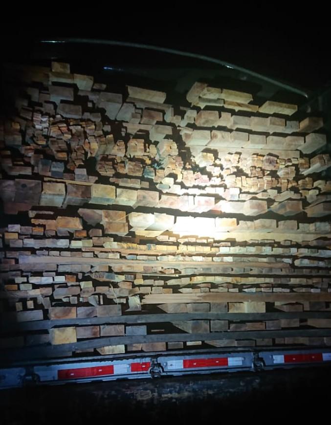 PRF apreende carga de madeira irregular em Imperatriz