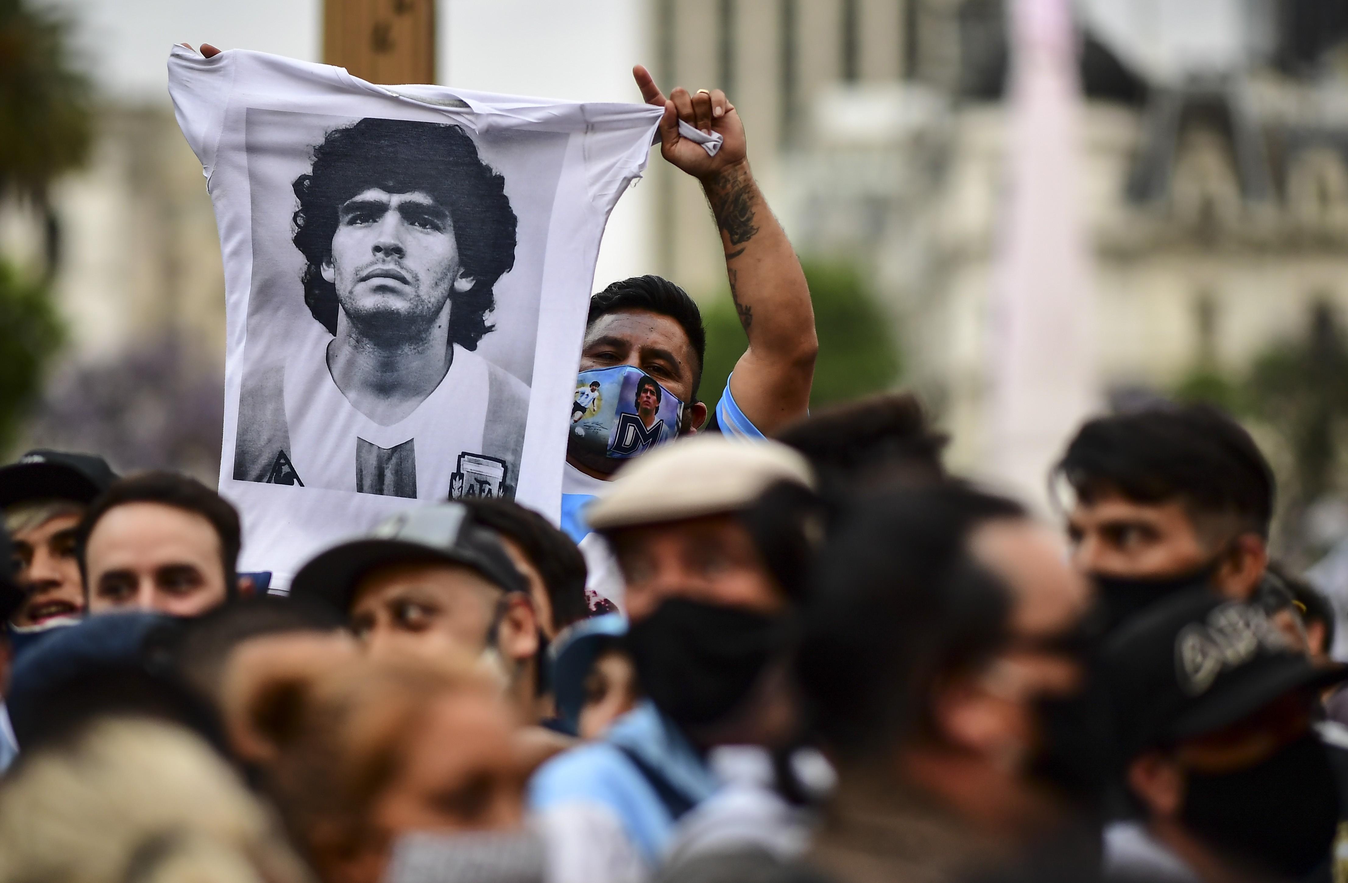 'Obrigado, campeão': a morte de Diego Maradona é capa de jornais pelo mundo