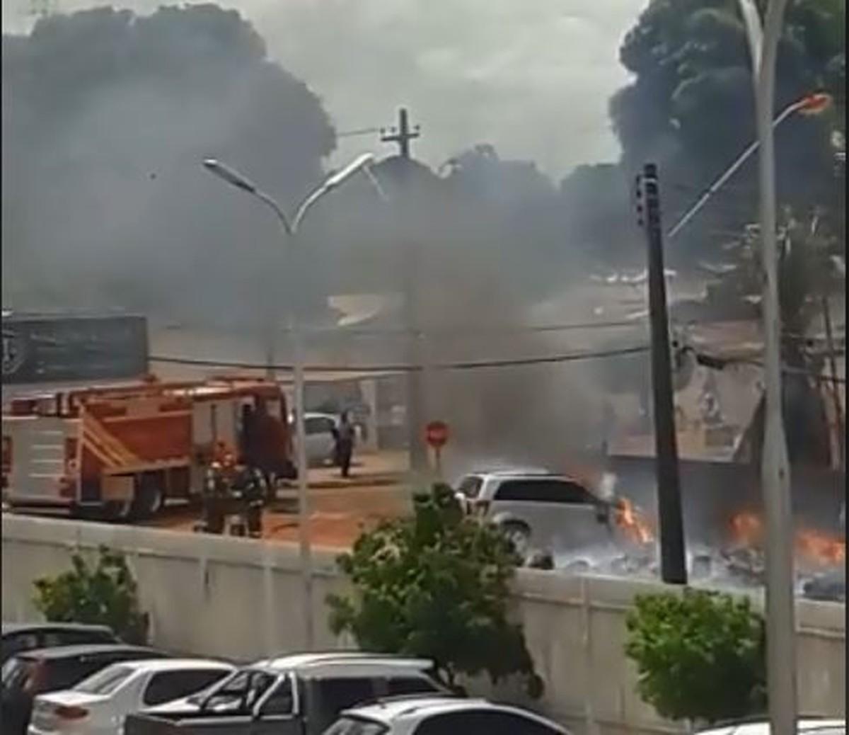 Carro fica destruído após pegar fogo na zona Oeste de Boa Vista