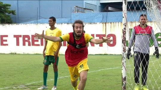 """Apresentador do É Gol!!! treina com a Portuguesa-RJ no quadro """"Um dia de jogador"""""""