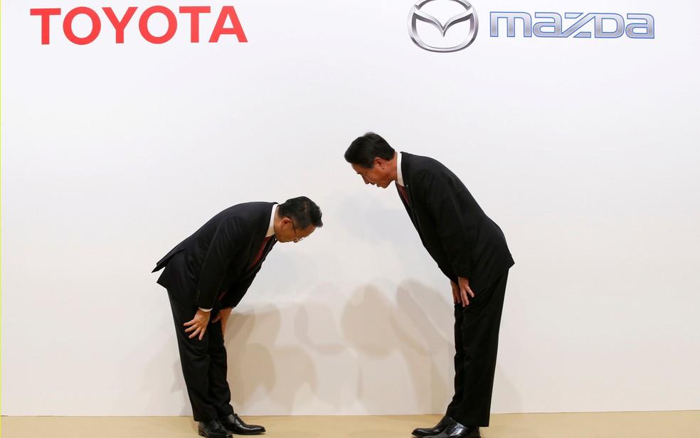 Presidente da Toyota, Akio Toyoda, cumprimenta o da Mazda, Masamichi Kogai, no anúncio da parceria, em Tóquio (Foto: Kim Kyung-Hoon/Reuters)