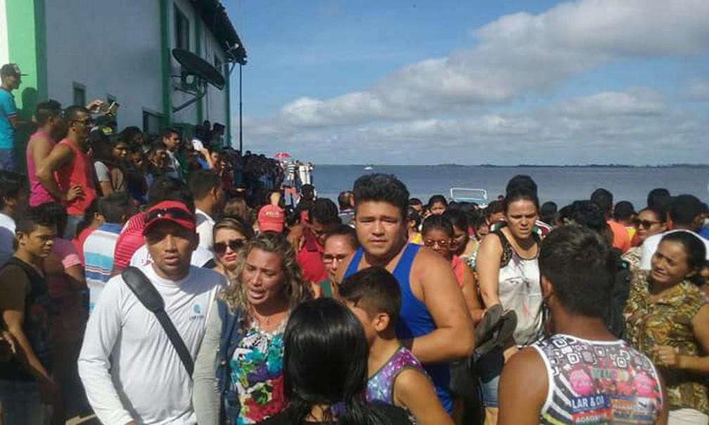 Multidão se aglomera observando navio tombado após naufrágio Rio Xingu, na região de Ponte Grande do Xingu, entre Porto de Moz e Senador José Porfírio, no Pará (Foto: Paulo Vieira/Arquivo Pessoal)
