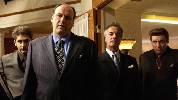 O ator James Gandolfini e seus colegas de elenco em Família Soprano (Foto: Reprodução)
