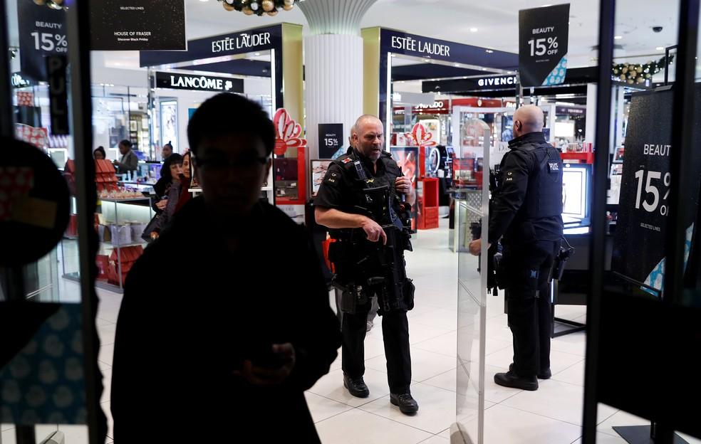 Polícia entra em loja da Oxford Street nesta sexta-feira (24) enquanto responde a incidente em estação de metrô próxima (Foto: Peter Nicholls/Reuters)