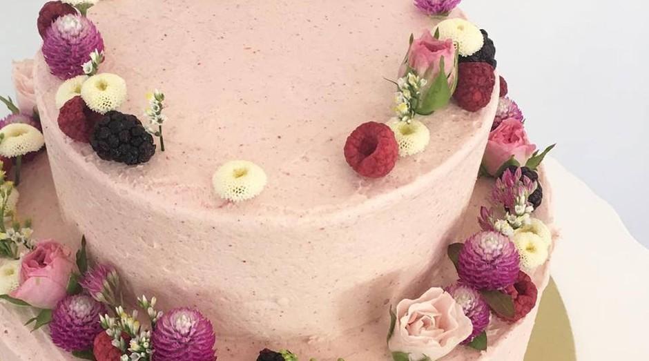 """Segundo uma cliente de Jordan Rondel, esse é o """"bolo mais feio"""" que ela já viu. (Foto: Reprodução: Facebook)"""