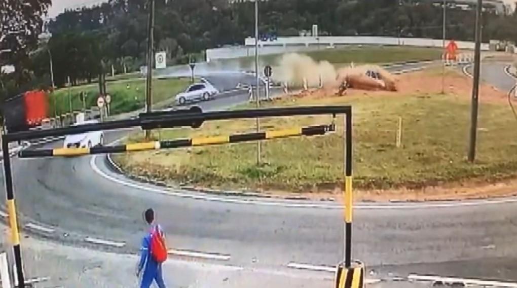 Vídeo mostra momento em que motociclista é arremessada após ser atingida por carro com suspeito em fuga em Louveira