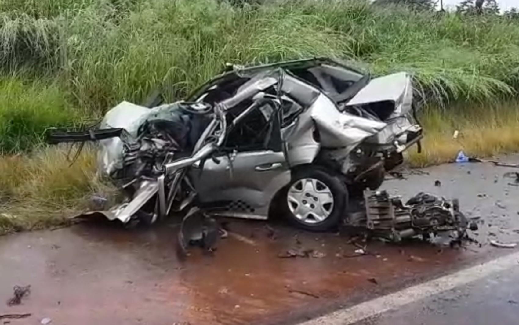 Acidente com ônibus mata jovem e deixa irmão gêmeo dele ferido na BR-452, em Itumbiara