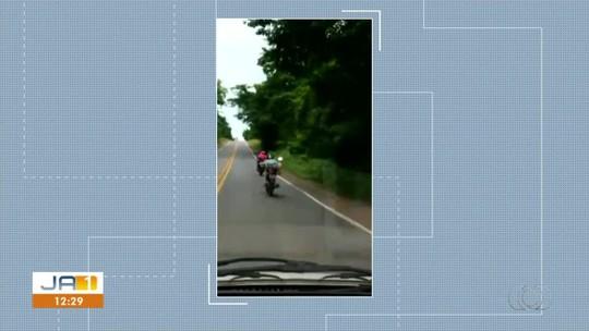 Motociclista é flagrado deitado em cima de moto na BR-153; vídeo