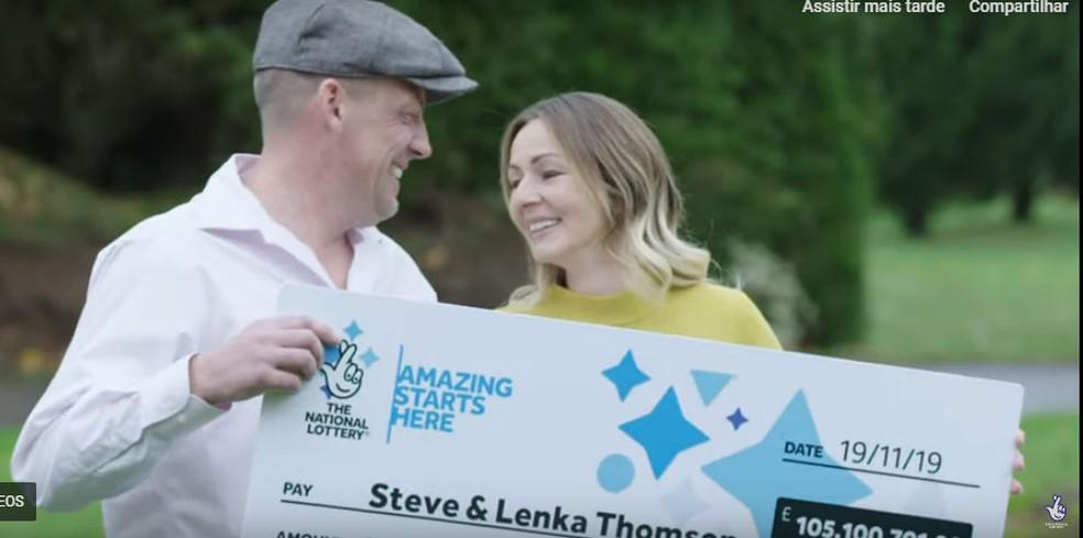 Steve Thomson e sua mulher, Lenka, que ganharam 105 milhões de libras (cerca de R$ 562 milhões) na loteria — Foto: The National Lottery / Reprodução