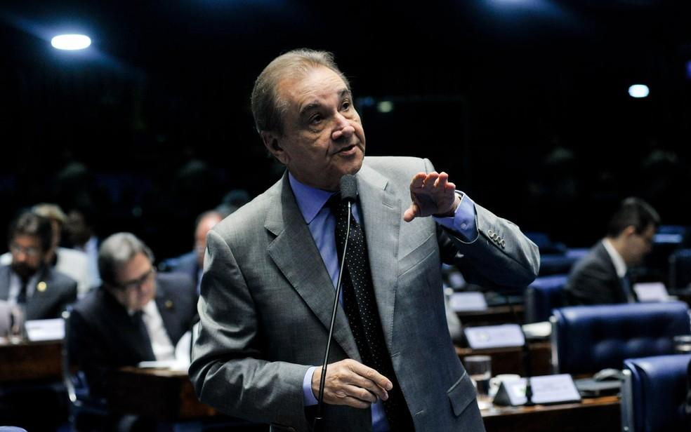 O senador José Agripino (DEM-RN) fala durante sessão para votação da admissibilidade do processo de impeachment da presidente Dilma Rousseff no Senado, em Brasília (Foto: Geraldo Magela/Agência Senado)
